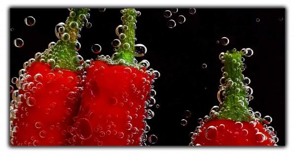 Spritzschutz Pepperoni unter Wasser