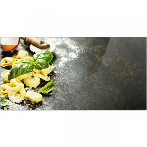 """Küchenrückwand """"Tortellini und Basilikumblätter"""" - Spritzschutz mit Motiv aus Aluverbund"""
